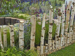 Przykład ogrodowego płotka - brzozowa palisada