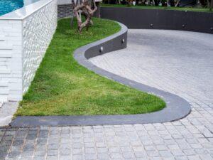 Z kostki granitowej możnawykonać m.in. murki oporowe w ogrodzie