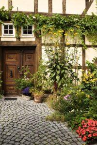 Kostek granitowych możemy również użyć do obrzeżarabat i trawników w ogrodzie
