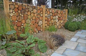 Ogrodowy plotek z drewnianych plastrów