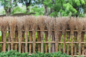 Ogrodowy płotek wykonany z mioteł
