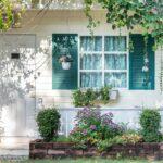 Dobrej jakości okiennice – fantazyjnie pomalowane – są dekoracją także ogrodu