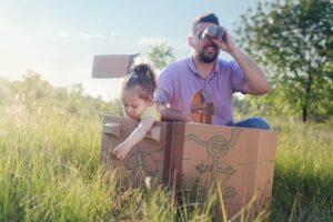 Własnoręczne zabawki - Papierowe kartony i pudła mogą stać się wszystkim, nawet statkiem pirackim