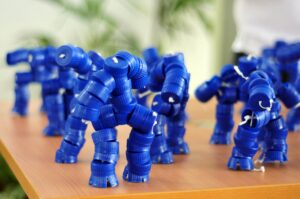 Własnoręczne zabawki - Z zakrętek po butelkach stworzyć można różnego rodzaju postacie